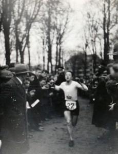 Erik Simonsen kommer i mål i Kildeløbet 1934.