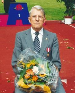 Erik Simonsen efter han har fået sin medalje i 2000.