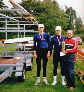En stolt Frank Pedersen til  højre med pokalen efter DM i 1992. De to roere til venstre er Anders Larsen og Jacob Nielsen.