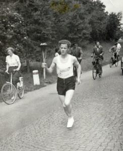 Svend Svendsen løber med OL Ilden ved Ellidshøj 1952.