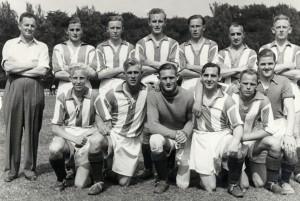 AaB 1. hold 1946. I bageste række ses Svend Mejlhede som nr. 3 fra venstre. I forreste række ses Hans Mejlhede som nr. 1 fra venstre