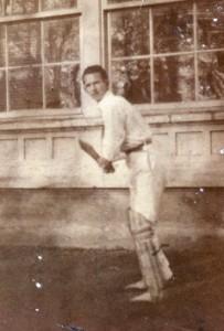 Oscar Jørgensen foran pavillonen i Karolinelund 1920