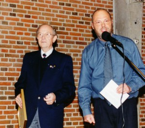 Knud Gadegaard til venstre udnævnes af SIFAs formand Henrik Jensen til æresmedlem 1999.