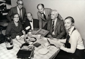 Arbejdsdag på Idrætsarkivet 1980. Fra venstre er det Gerda Schou, Leo Møller, Aage Schou, Knud Gadegaard, Aage Jacobsen og Irene Clemensen.