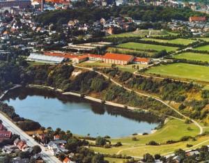 Nørresundby Idrætscenter ca. 2000. Den store hal og overdækning af svømmebadet kostede ialt 10 mil. kr. og var færdig 1978.