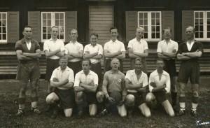 Marius Andersen nr. 7 fra venstre i bageste række på ynglingehold i  Vejgaard Boldspilklub 1942