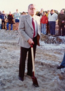 Marius Andersen tager første spadestik til B 52s klubhus 1970